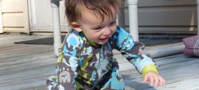 Во сколько месяцев ребенок начинает ползать?