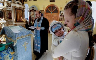 Когда лучше крестить ребенка после рождения?