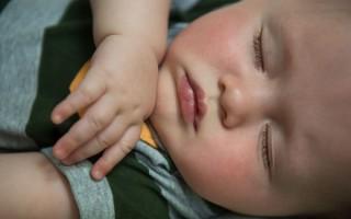 Новорожденный дергается во сне