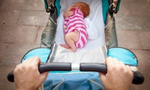 Как одевать новорождённого летом на прогулку