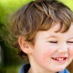Ребёнок часто моргает глазами: причины и лечение