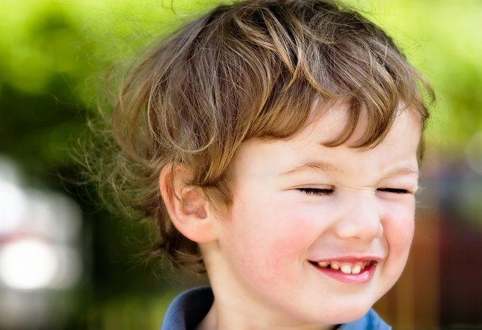 Ребёнок часто моргает глазами: причины и лечение.