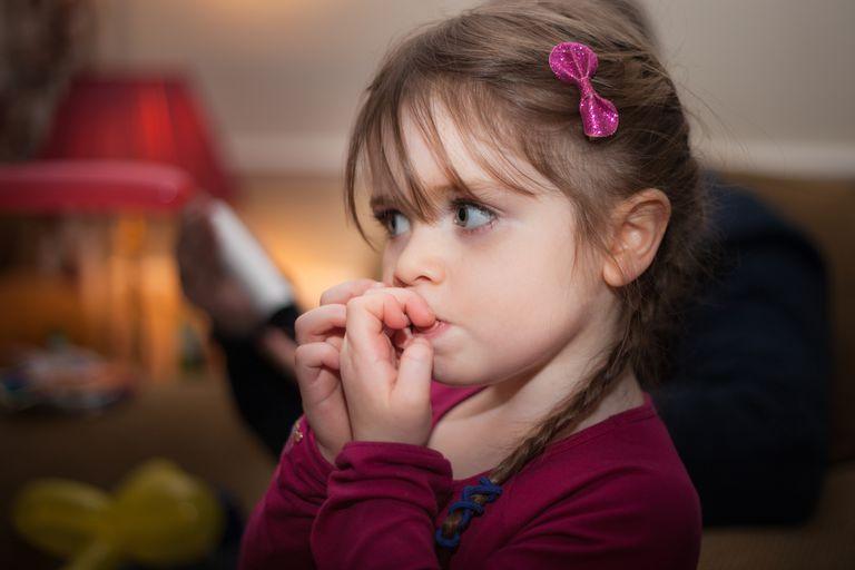 Ребенок грызет ногти: причины.