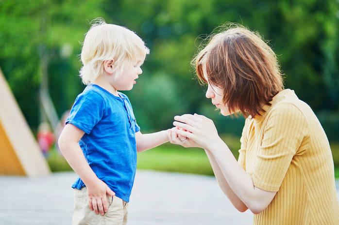 Как вытащить занозу у ребенка без иголки и без врачей?