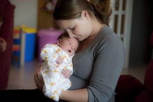 Почему ребенок плачет во время кормления грудным молоком?