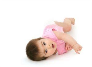 Во сколько месяцев ребенок начинает переворачиваться?