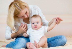 Во сколько месяцев ребенок начинает сидеть?